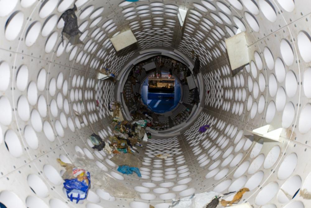 Deze trommelzeef van de Kunststof Sorteer Installatie (KSI) bij afvalverwerker Omrin is de eerste schakel in het complexe recyclingproces van kunststoffen (foto: Omrin)